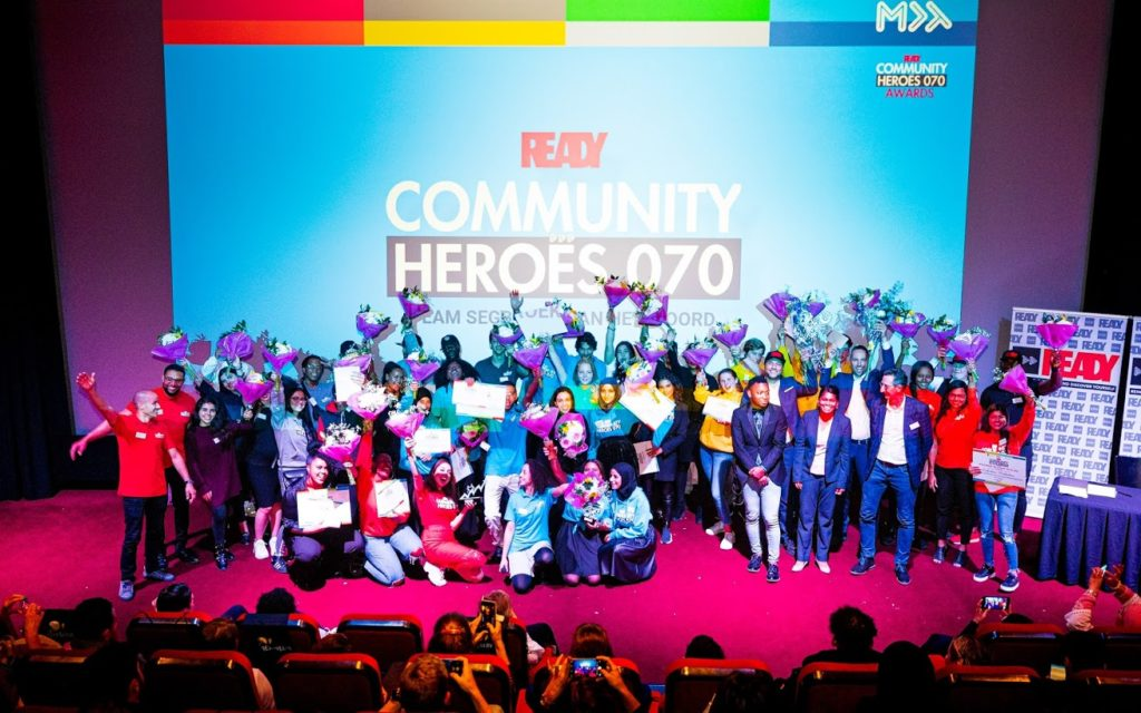 Prijsuitreiking met deelnemers op podium