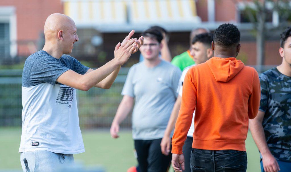Ayoub geeft instructies tijdens een voetbal toernooi van Rady