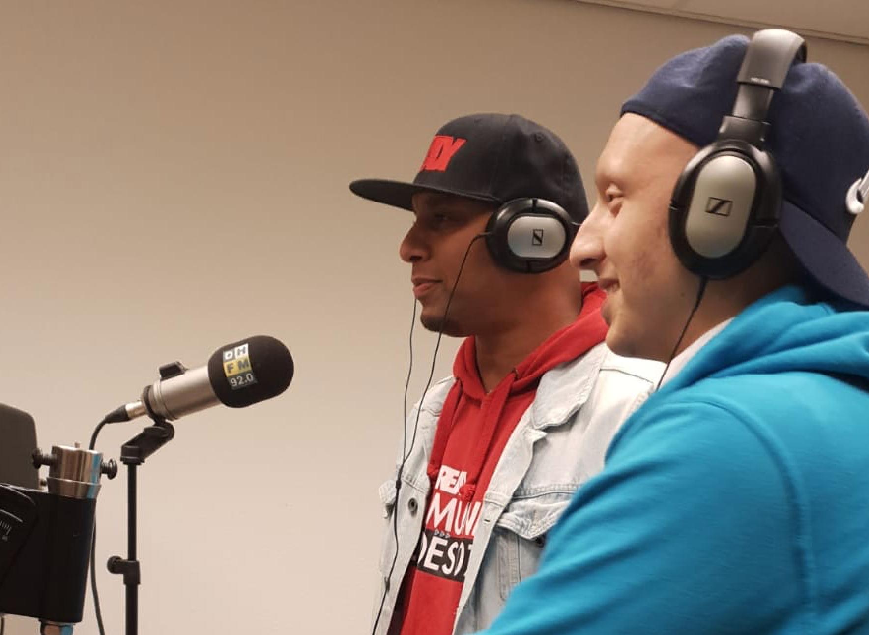 Edwin en Ayoub bij Radio Den Haag Fm om te praten over Community Heroes