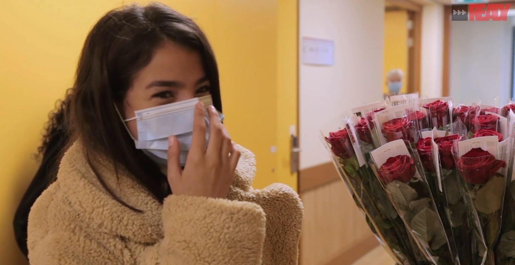 READY Community Heroes 070 jongeren delen rozen uit bij verzorgingstehuis